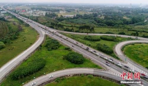 资料图:高速上车辆通行缓慢。中新社记者 刘忠俊 摄