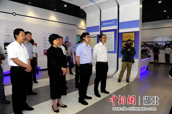 与会嘉宾参观考察枝江市电商产业园 刘康 摄