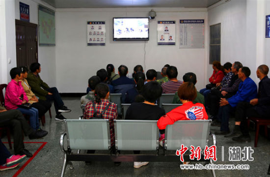 群众在大厅观看《生命没有彩排》交通安全教育警示片