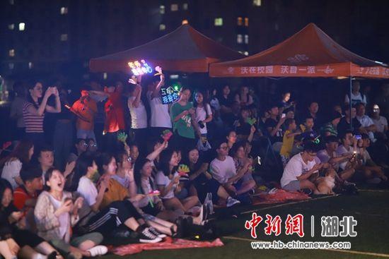 演唱会吸引众多学子围观 校方供图