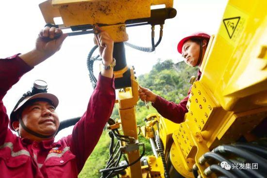 湖北省首席技师王明乾(左一)正在矿山维修大型机械