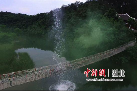 横渡铁索桥