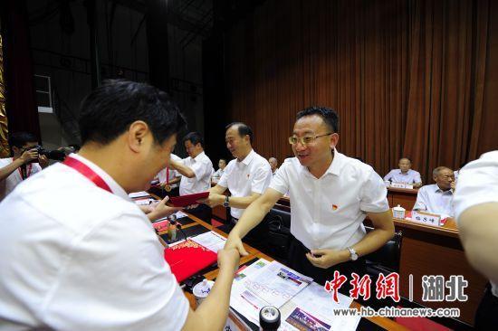 兴山县委副书记、县长曹宏伟(右一)表彰兴发集团金牌员工 刘康 摄