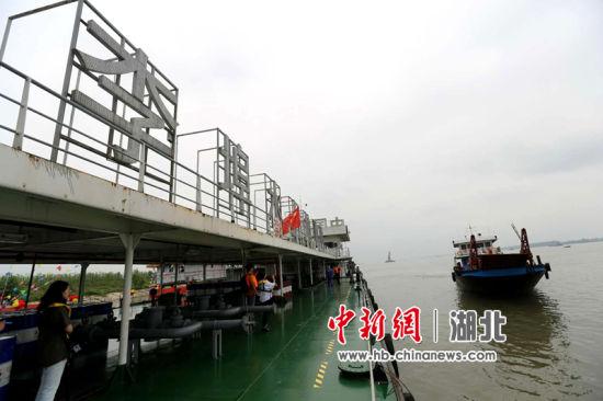 中石化荆州李埠水上加油站 一鸣 摄