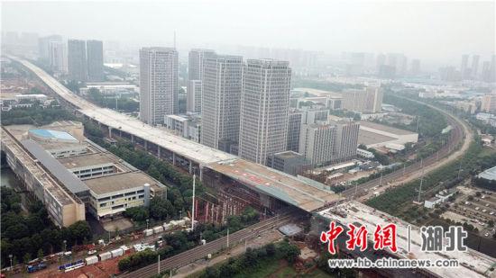 成功完成转体的武汉光谷大道跨铁路转体桥