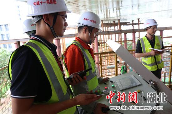 转体过程中,现场技术人员对转体数据进行实时监测