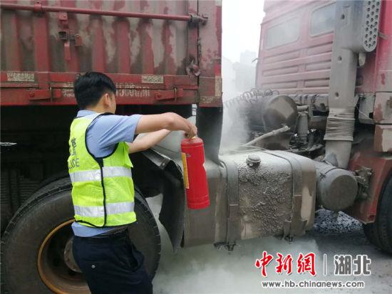 货车油箱起火司机浑然不觉 热心市民联手交警灭火