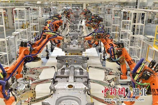 焊装车间自动化率高达100%,应用边缘计算及人工智能自动调节最优参数