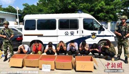 """资料图:云南省西双版纳州公安边防支队2015年11月3日对外发布消息称,该支队在开展""""边境狩猎""""三号专项行动中,成功破获一起特大家族式贩毒案。 图片来源:东方IC"""