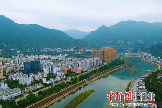 依山傍水的兴山县城风景宜人 周星亮 摄