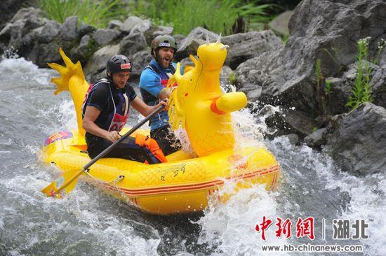 选手体验漂流带来的惊险与刺激 刘康 摄