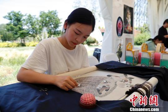 """7月4日,2019年北京世界园艺博览会""""湖北日""""主题活动在北京延庆揭幕。图为湖北非遗展示中现场演示的大冶刺绣。韩海丹 摄"""