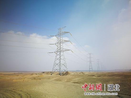 8号线铁塔,位于埃及南部沙漠地区,夏季温度高达50℃,静则蓝天白云,动则黄沙漫天 中南院供图