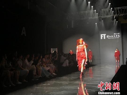 台湾辅仁大学织品服装学院带来的创意时装秀 张芹 摄