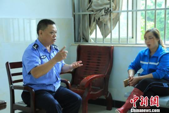 """武汉""""钢铁侠""""警察涂华 从警31年零差错零投诉"""