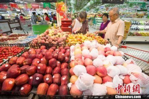 资料图:民众在超市选购水果。 张云 摄