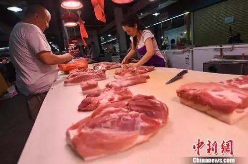 民众在菜市场选购猪肉。中新社记者 武俊杰 摄