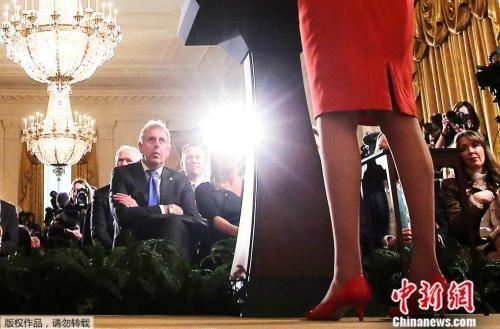 资料图:2017年1月27日,美国总统特朗普和英国首相特蕾莎在白宫举行联合新闻发布会,英国驻美国大使金・达罗克在一旁聆听。