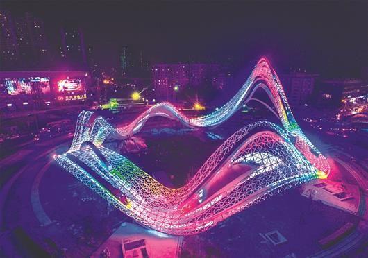 """图为:光谷广场主题雕塑点亮,营造出""""璀璨星河""""的效果。"""