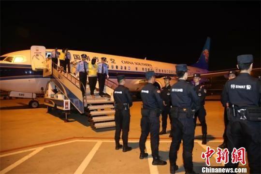 图为湖北警方抓获逃犯。湖北省公安厅供图