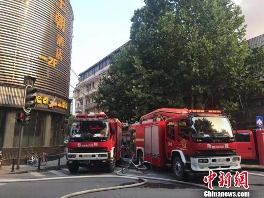 武汉百年老建筑江汉饭店突发大火,消防救援力量第一时间赶赴现场 张芹 摄