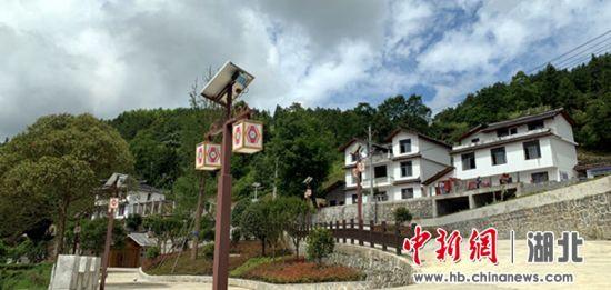 海拔8600以上的花枝山上村民们盖起漂亮的民居 姚祯发 摄