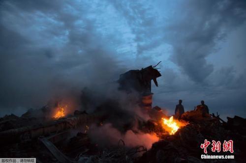 资料图:当地时间2014年7月17日,马来西亚一架载有298人的777客机在乌克兰靠近俄罗斯边界坠毁。图为马航波音777客机在乌克兰顿涅茨克地区坠毁的现场。