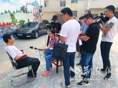采访贫困户刘成丹。记者 安从斌 摄