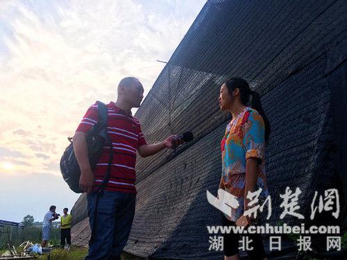 记者采访贫困户代表。记者 安从斌 摄