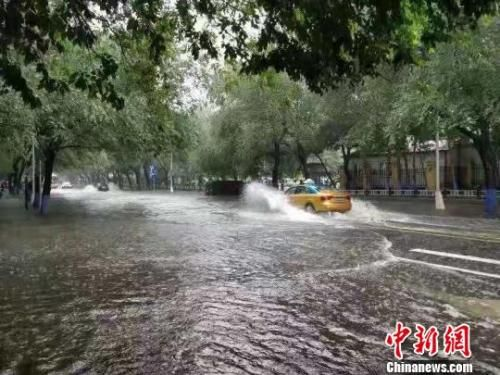 资料图:降雨导致哈尔滨市部分路段积水。 钟欣 摄