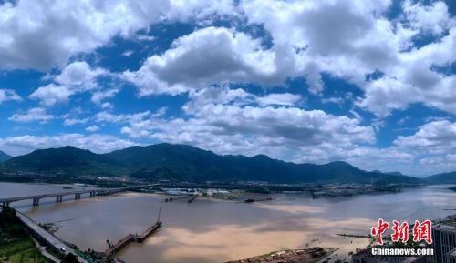 """资料图:7月17日,受台风""""丹娜丝""""外围影响,福州上空云彩变幻莫测。中新社记者 王东明 摄"""