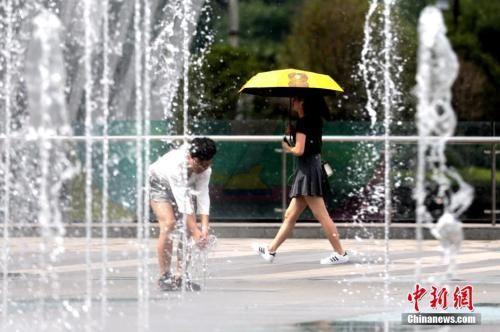 资料图:7月15日,西安市气象台继续发布高温橙色预警信号。中新社记者 张远 摄