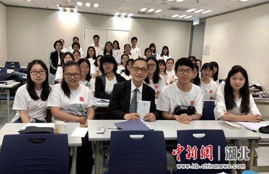 香港大学单周尧教授与华中师范大学文学院师生合影留念