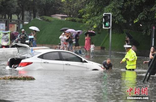7月22日,四川成都,民警对水中滞留的车辆进行救援。 安源 摄
