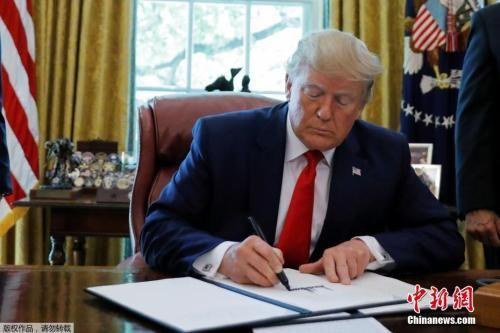 资料图:当地时间6月24日,美国总统特朗普在白宫椭圆形办公室展示签署的行政令,对伊朗最高领袖哈梅内伊及其领导下的机构实施制裁。