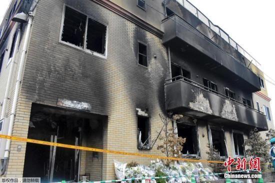 当地时间7月20日,日本京都动画工作室着火建筑物内部曝光,房间内四面墙壁焦黑一片,铁制扶手楼梯弯曲变形。图为着火建筑物的外墙。