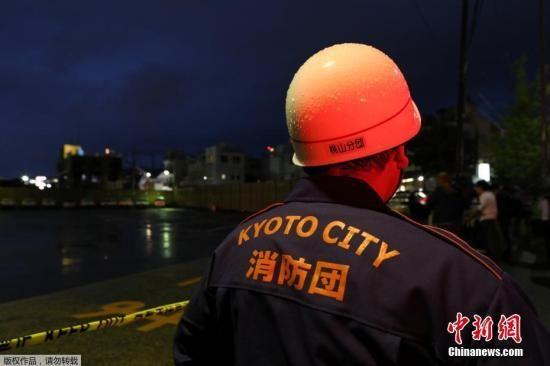 日本警察厅表示,京都动画工作室遭纵火事件是平成时代以来,纵火案中遇难人数最多的。目前,共有34人罹难。图为消防员现场救援。