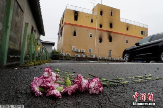 图为民众献花悼念遇难者。