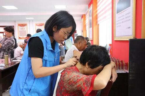 学生志愿者开展医疗服务
