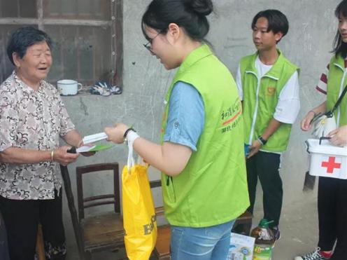 志愿者向群众发放药品并宣传防病知识