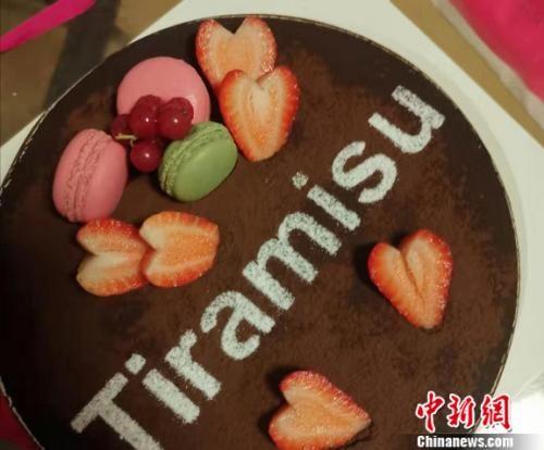 图为生日蛋糕。谢艺观 摄