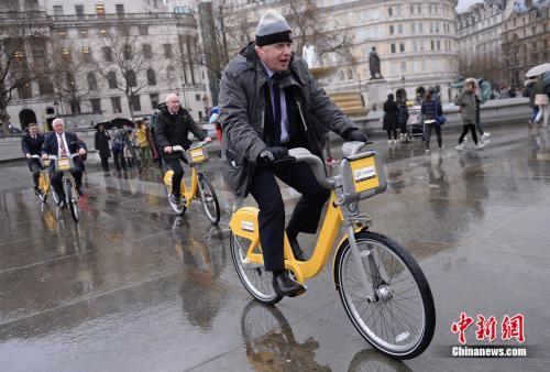 """当地时间2014年3月26日,伦敦市长鲍里斯・约翰逊骑单车亮相街头,为""""巴克莱自行车出租计划""""宣传助阵。 图片来源:Osports全体育图片社"""
