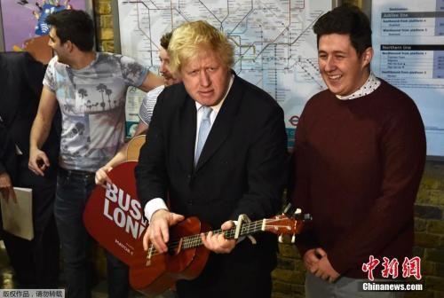 当地时间2015年3月23日,时任伦敦市长的鲍里斯・约翰逊与街头表演乐队The Tailormade在伦敦桥地铁站一起为政府提出的两个支持和推广街头表演的计划造势。
