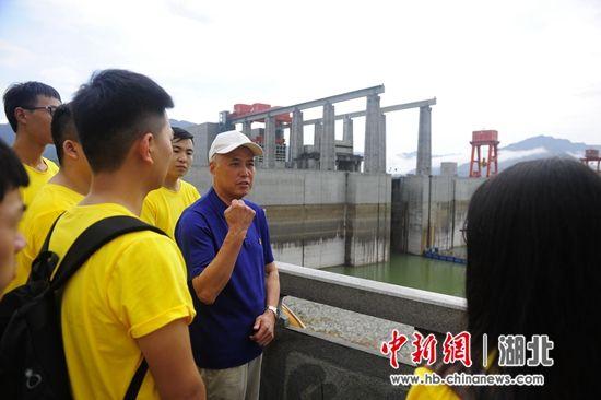 陈建华给新员工们讲述三峡建设故事 刘康摄