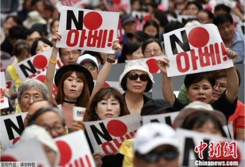 资料图:日韩双方贸易谈判停滞不前,韩国民众群情激愤。
