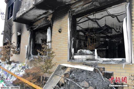 当地时间7月20日,日本京都动画工作室遭遇大火后,着火建筑物内部曝光,房间内四面墙壁焦黑一片,铁制扶手楼梯弯曲变形。
