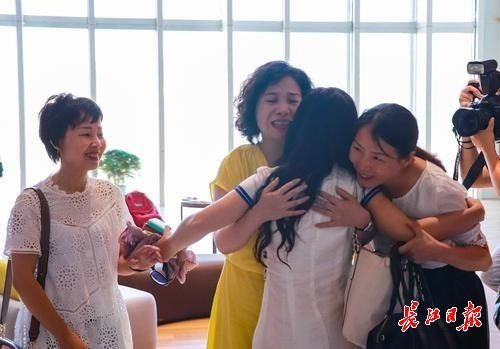 时隔25年再次重逢,满威宁与三位姐姐拥抱在了一起。 实习生朱可嫣 记者杨涛 摄