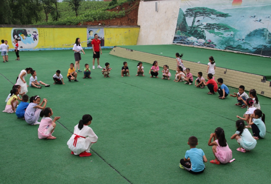 志愿者与孩子们一起做课间游戏