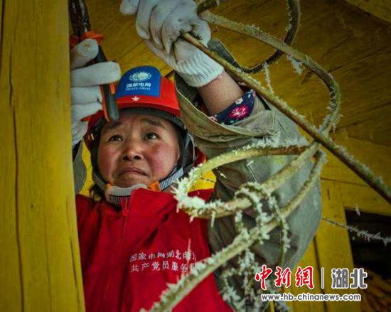 朱红英为中营镇村民整改电网线路