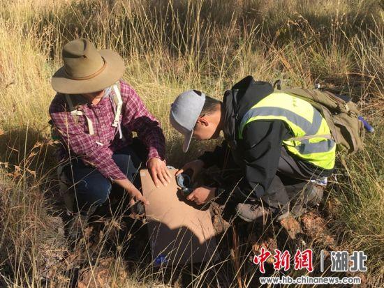 中方学生与澳方联合实习合作测量岩层产状